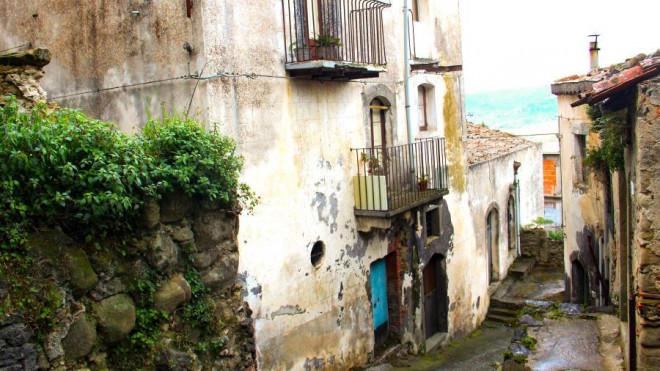 Kỳ lạ thị trấn bán nhà chưa đến 33.000 đồng/căn - 1