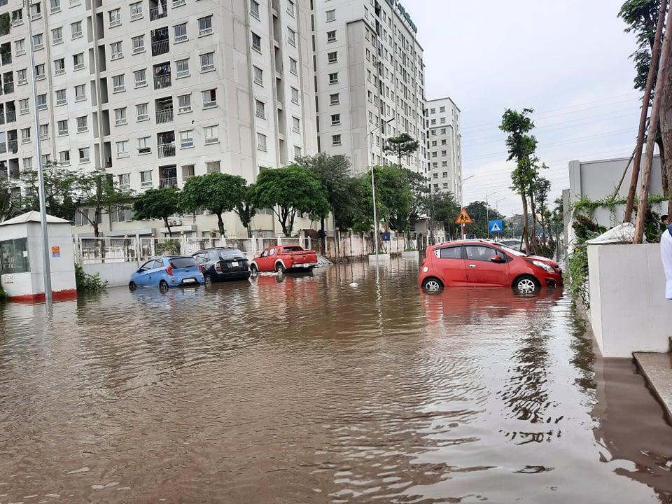 """Clip: Hàng loạt ô tô trong khu chung cư chìm trong """"biển nước"""" sau cơn mưa lớn - 1"""