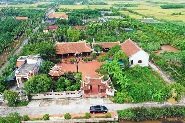 Tọa lạc tại xã Hải Sơn, huyện Hải Hậu, tỉnh Nam Định, công trình nhà vườn thu hút sự chú ý bởi thiết kế ấn tượng, diện tích rộng với nội thất gỗ quý hiếm và hàng cây cảnh tiền tỷ. (Ảnh: Lại Thế Hiển)