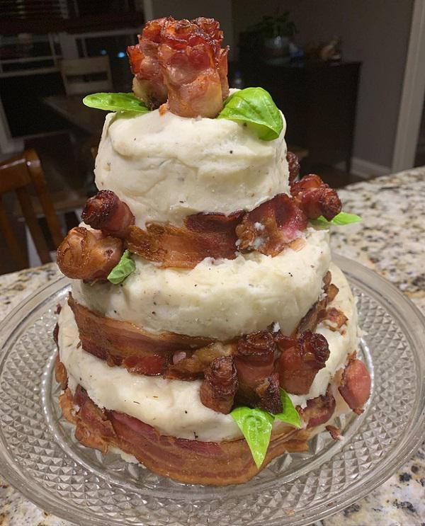 Cậu bé vỡ òa trước chiếc bánh sinh nhật từ nguyên liệu 100% thịt tươi - 1