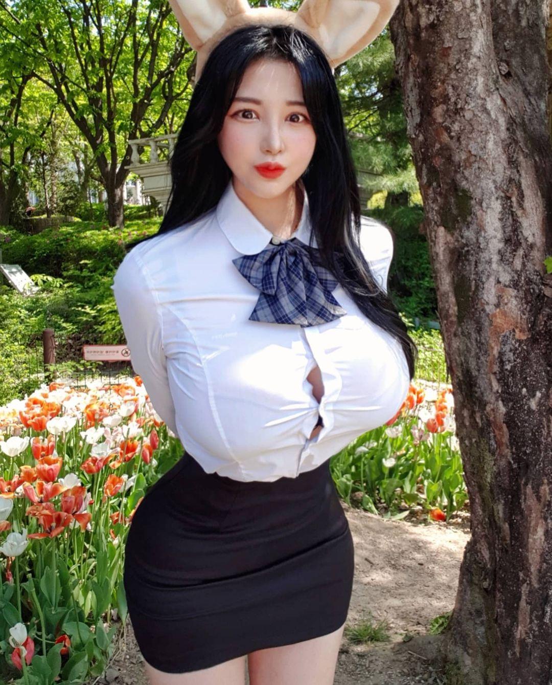 Người đẹp Hàn Quốc bị chỉ trích vì mặc đồng phục bung cúc - 1