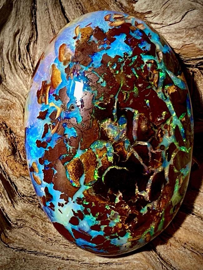 Trước khi tìm thấy khối đá quý này, Isaac tìm kiếm opal ở khu vực nam Queensland, Australia, trong khi Sofia điều hành cửa hàng bán opal.