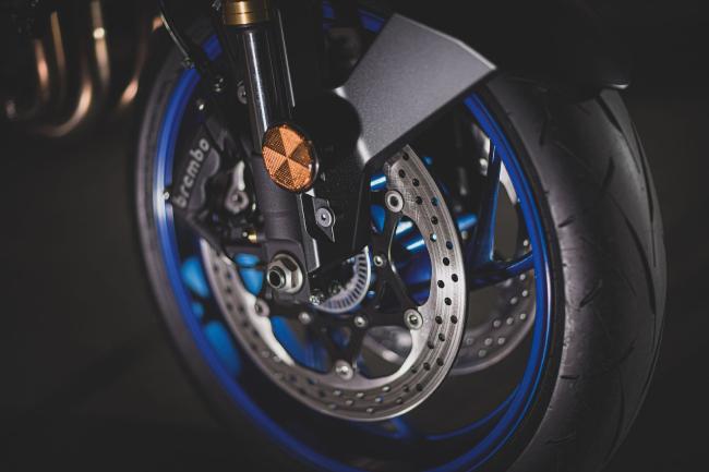 Hãm tốc cho xe là bộ phanh đĩa 310 mm với 4 điểm nén piston Monobloc, còn phanh đĩa sau cỡ 240 mm với 1 điểm nén piston hiệu Nissin.