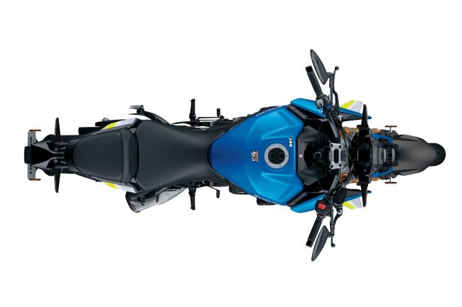 Các điểm nhấn khác gồm bình xăng 5 gallon (19 lít) và đồng hồ kỹ thuật số màn hình màu LCD. Suzuki cho biết xe có khả tiêu thụ nhiên liệu ở ngưỡng 46 mpg (5 lít/100 km) và với bình xăng xe có khả năng chạy được 200 dặm (321,88 km) mỗi lần đổ đầy.