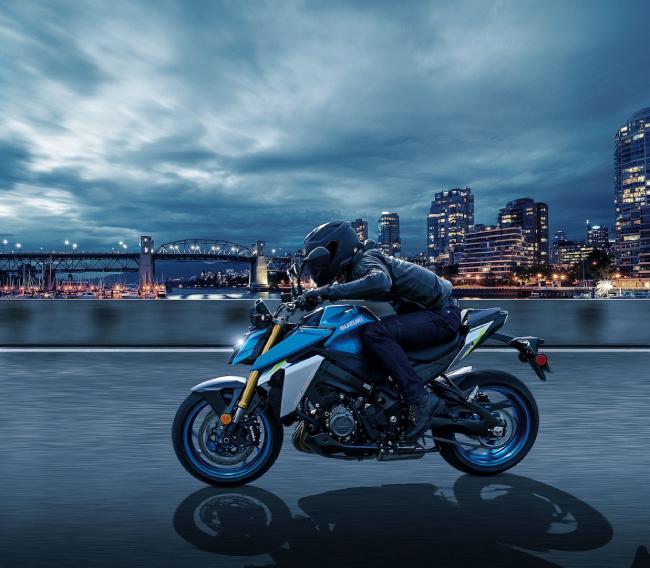 Hơn nữa động cơ của 2022 Suzuki GSX-S1000 có nhiều thành phần mới, giúp giảm khí thải và đạt tiêu chuẩn Euro 5.