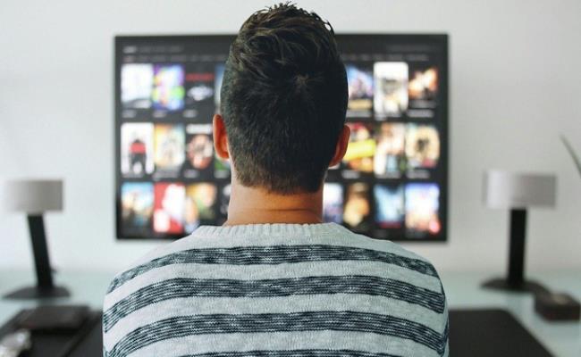 Họ sẽ lướt để xem qua các chương trình, các video, tin tức khác nhau trên tivi. Từ đó tìm ra được nội dung hấp dẫn, phù hợp để phát sóng trong các chương trình truyền hình hoặc tin tức..