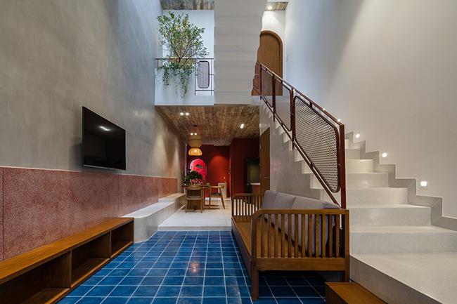 Tầng trệt được bố trí phòng khách và phòng ngủ của người mẹ.