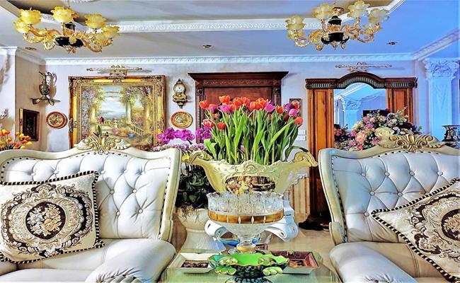Căn nhà được xây dựng, trang trí nội thất theo phong cách hoàng gia với tông vàng kim chủ đạo.