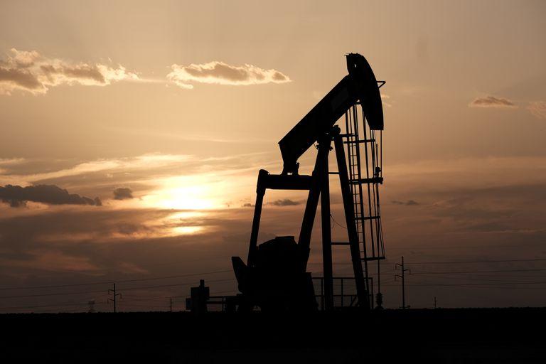 Giá dầu hôm nay 3/5: Tăng nhưng vẫn chịu nhiều sức ép - 1