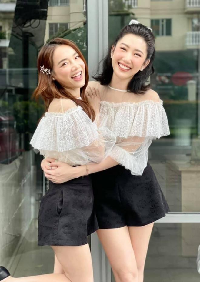 """""""Chị em Châu Báu"""" Nhã Phương - Thúy Ngân chăm diện đồ đôi từ thường ngày đến thảm đỏ - 1"""