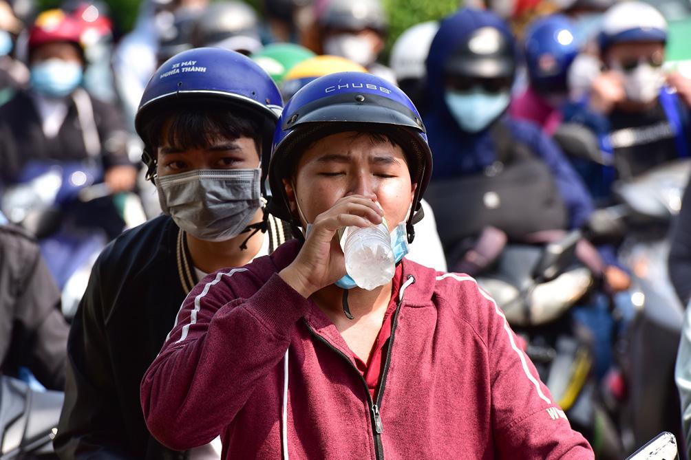 TP.HCM: Kẹt xe khủng khiếp, từ sáng đến trưa người dân vẫn chưa lên được phà - 9