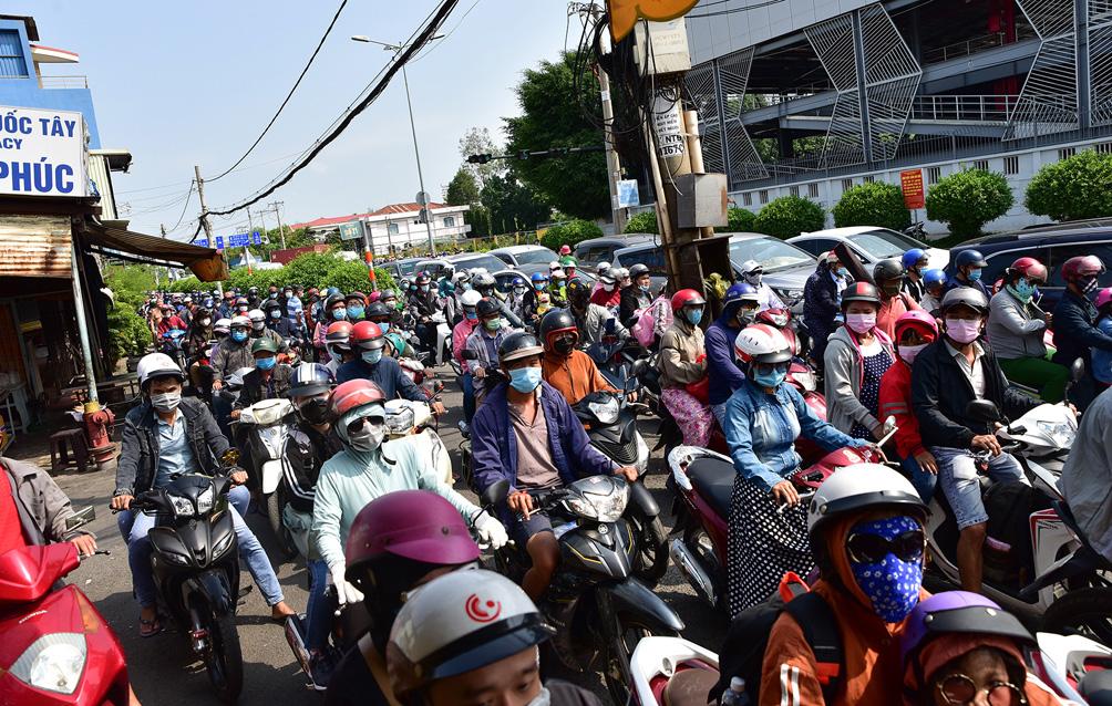 TP.HCM: Kẹt xe khủng khiếp, từ sáng đến trưa người dân vẫn chưa lên được phà - 4