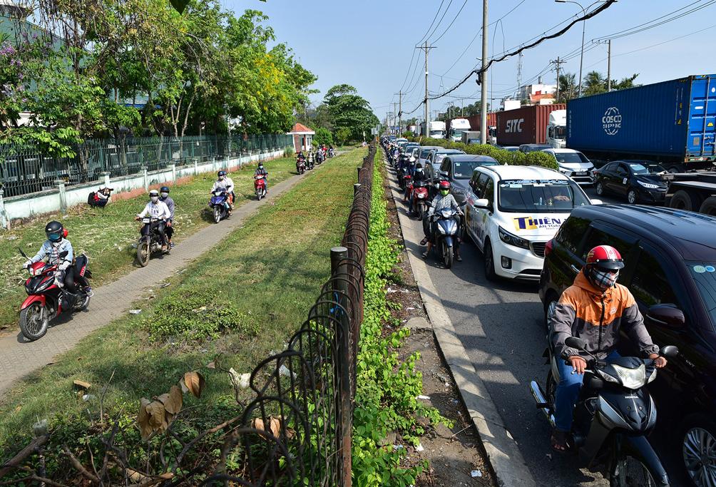TP.HCM: Kẹt xe khủng khiếp, từ sáng đến trưa người dân vẫn chưa lên được phà - 7
