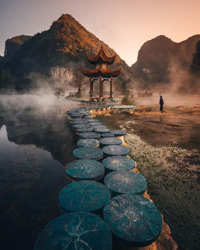 11. Hơi nước bốc lên vào buổi sáng mùa đông, mặt hồ tĩnh lặng, tạo ra một bức tranh cổ tích, Quảng Tây, Trung Quốc.