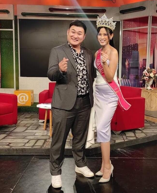 """Trước đó, Hoa hậu 2020 cũng từng gặp sự cố vì mặc váy lụa bóng, để lộ vòng 2khi xuất hiện trong chương trình """"Bữa trưa vui vẻ""""."""