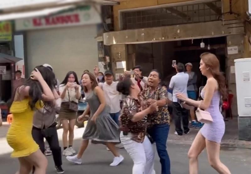 """Clip """"nữ hoàng nội y"""" Ngọc Trinh bị đánh ghen ở chợ Bến Thành: Sự thật ngã ngửa - 1"""
