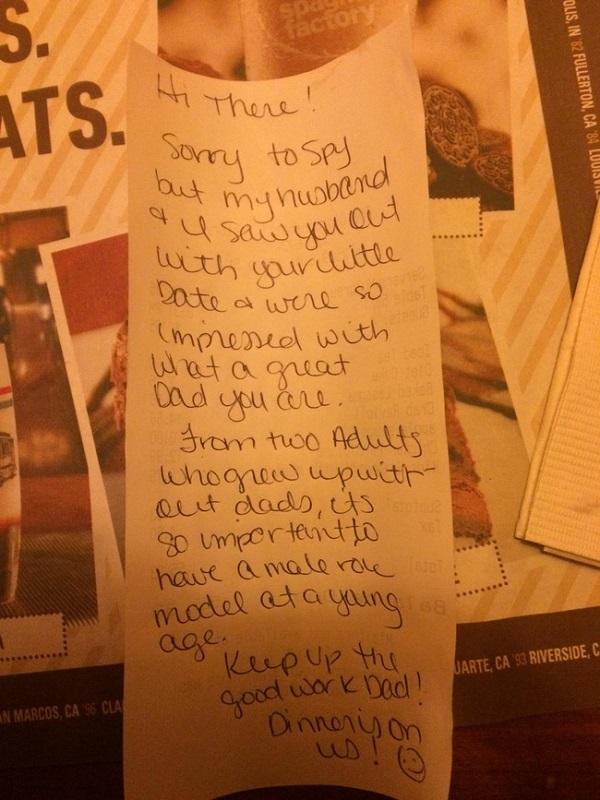 Cùng con gái đi ăn, ông bố nhận được mẩu giấy với nội dung bất ngờ, bật khóc ngay tại nhà hàng - 1