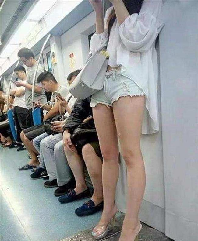 Bạn có thể mang theo một chiếc áo khoác để có thể che chân trong lúc ngồi.