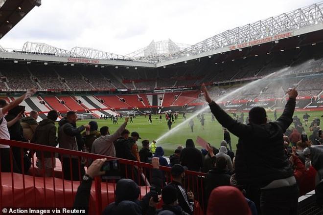 """Tin mới nhất trận MU - Liverpool: HOÃN vô thời hạn vì fan """"làm loạn"""" ở Old Trafford - 9"""