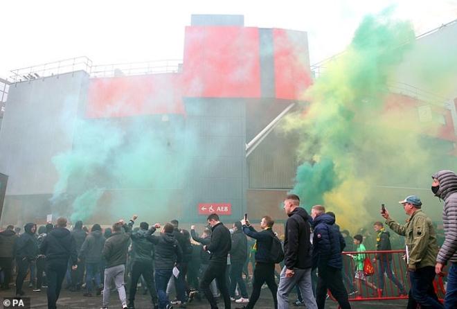 """Tin mới nhất trận MU - Liverpool: HOÃN vô thời hạn vì fan """"làm loạn"""" ở Old Trafford - 11"""