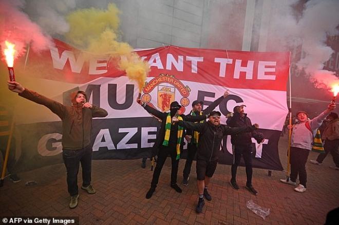 """Tin mới nhất trận MU - Liverpool: HOÃN vô thời hạn vì fan """"làm loạn"""" ở Old Trafford - 12"""