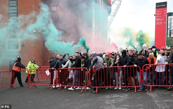 """Tin mới nhất trận MU - Liverpool: HOÃN vô thời hạn vì fan """"làm loạn"""" ở Old Trafford - 15"""