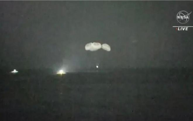 Các phi hành gia rơi xuống biển khi trở về Trái đất - 1
