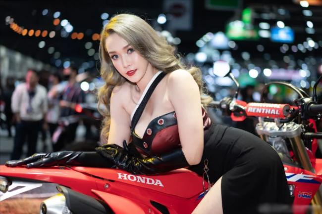 Người đẹp với làn da trắng muốt để lộ vai trần nõn nà và lấp ló cặp tuyết lê căng tràn nhựa sống tạo dáng bên mô tô của Honda.