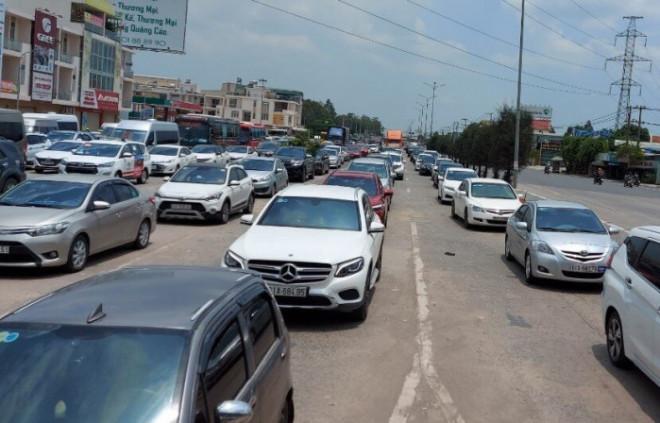 """Hàng trăm xe máy """"đi lạc"""" vào cao tốc Long Thành trong 4 ngày nghỉ lễ 30/4 - 1"""