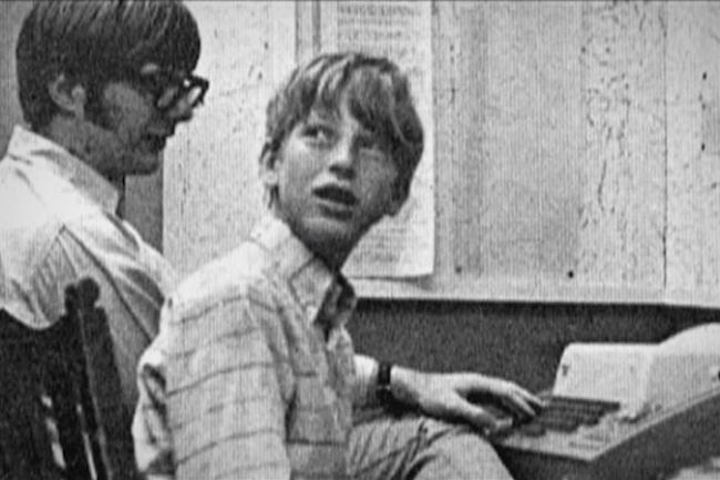 Bill Gates thời niên thiếu (bên phải) và người bạn thân Paul Allen tại Trường Trung học Lakeside.
