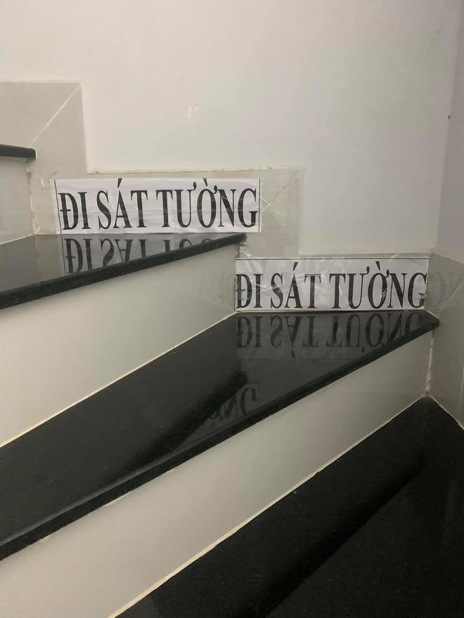 Những mảnh giấy dán trên tường, cầu thang của bà ngoại và mẹ khiến cô gái xúc động - 1
