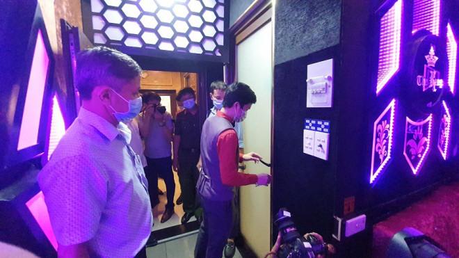 TP.HCM: Bắt tại trận nhà hàng cho hát karaoke dù có lệnh dừng - 1