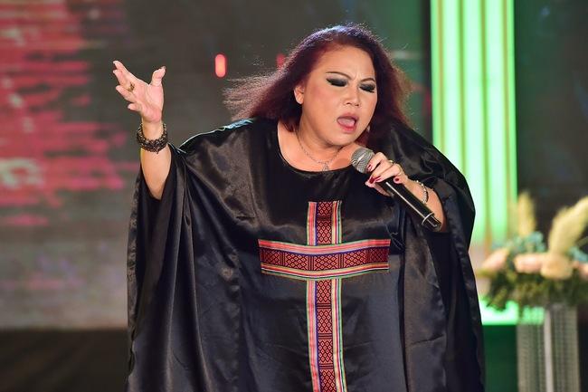 """Siu Black là ca sĩ nổi tiếng trong showbiz Việt nhờ chất giọng khỏe, đầy nội lực. Cô được người hâm mộ trìu mến gọi bằng biệt danh""""Họa mi núi rừng""""."""