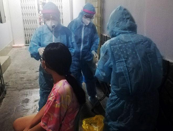 Từ TP.HCM sang Campuchia, 2 người dương tính với SARS-CoV-2 qua test nhanh - 1