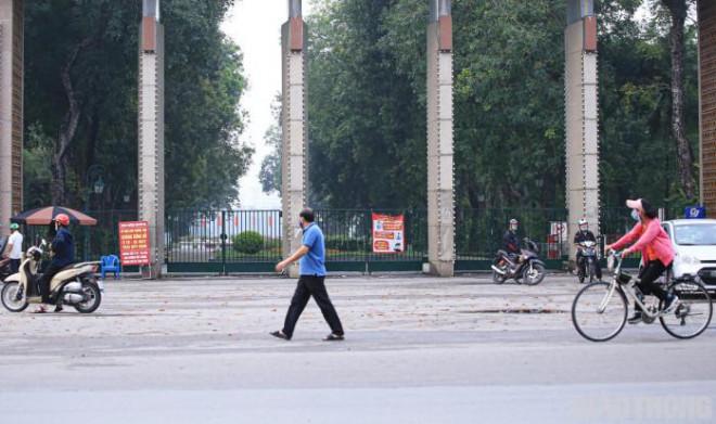Hà Nội: Không vào được công viên, người dân đổ ra vỉa hè tập thể dục - 1