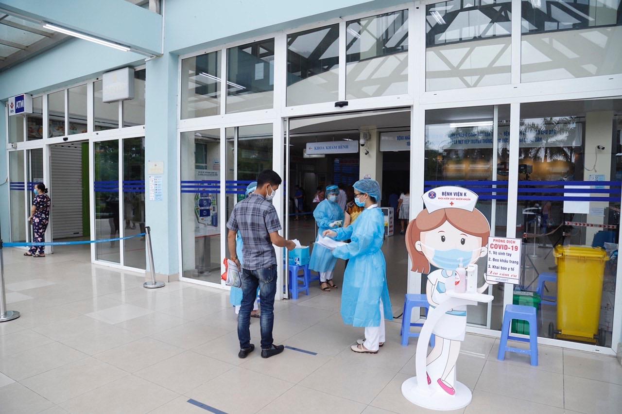 Không đeo khẩu trang, 3 người nhà bệnh nhân tại BV K bị phạt 6 triệu đồng - 1