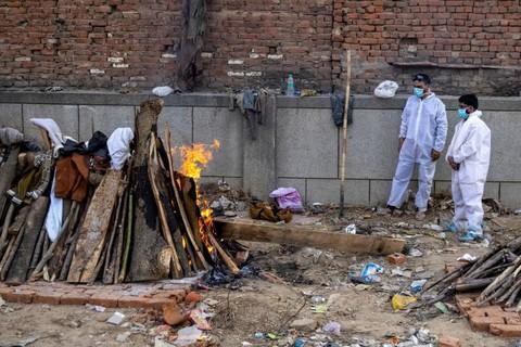 Covid-19 ở Ấn Độ: Con gái lao vào giàn hỏa táng cha - 1