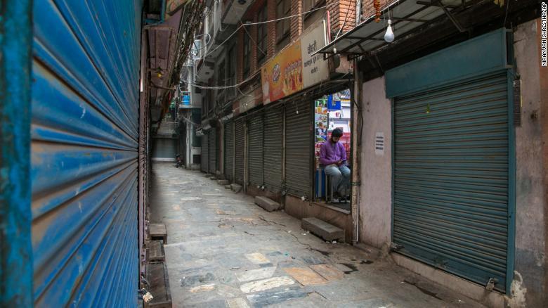 Nguyên nhân khiến quốc gia láng giềng của Ấn Độ chìm trong đợt lây nhiễm Covid-19 tồi tệ - 1