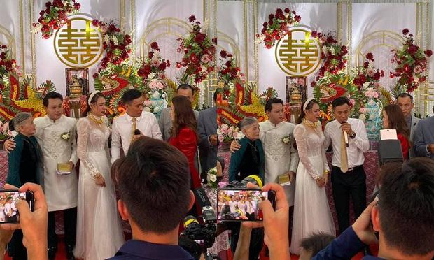 """Đeo vàng nặng trĩu trong ngày cưới, Hồ Bích Trâm vẫn """"tá hỏa"""" vì vị khách không mời - 1"""