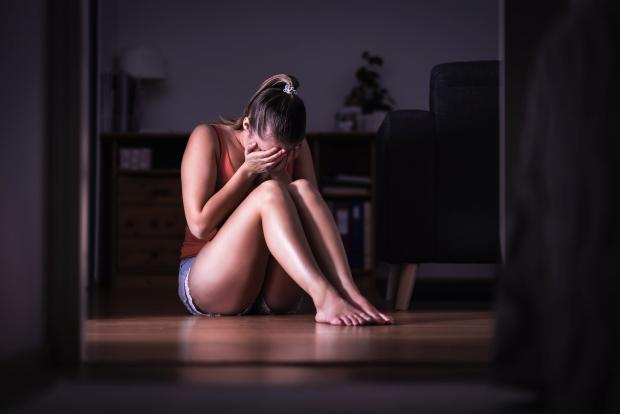 Úc: Uống rượu say rồi thiếp đi, tỉnh dậy thấy đang bị cưỡng hiếp - 1