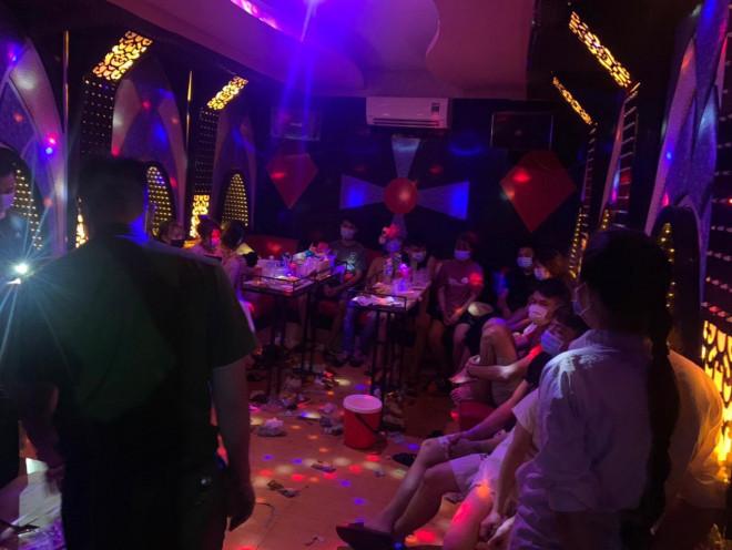 Bắt quả tang 13 nam nữ bay lắc trong quán karaoke giữa dịch Covid-19 - 1