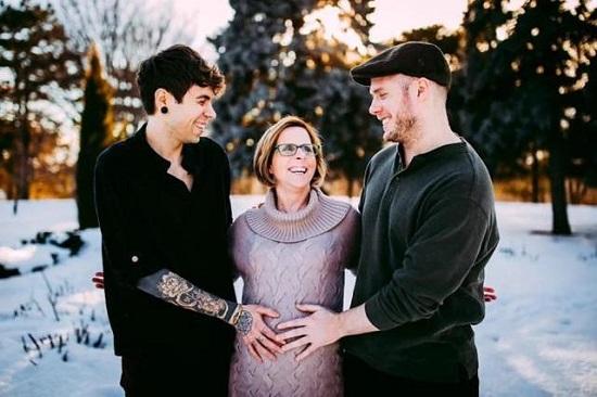 Kỳ lạ bà mẹ 62 tuổi người Mỹ sinh cháu gái cho con trai mình - 1
