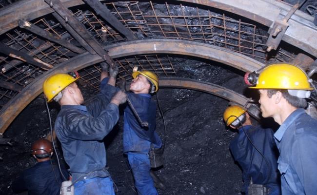 Những người thợ mỏ cần mẫn đào bới từng viên than đá suốt nhiều giờ đồng hồ ở độ sâu hàng trăm mét, trong không gian nhỏ hẹp không rõ ngày hay đêm. Đổi lại, họ có thu nhập rất cao.