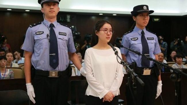Năm 2015, cô bị kết án 5 năm tù giam cộng mức phạt 50.000 nhân dân tệ (hơn 179 triệu VND). Ảnh: Quách Mỹ Mỹ hầu tòa năm 2015.
