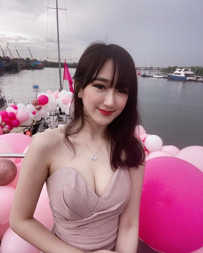 Cuối tháng 4 vừa qua, thông tin hot girl kiêm diễn viên, Youtuber nổi tiếng người Malaysia - Yang Bao Bei (Dương Bảo Bối) lừa tiền fan vì nợ nần cờ bạc gây chấn động dư luận. Trong clip xin lỗi người hâm mộ, hot girl 27 tuổi cho biết vì nghiện cờ bạc, cô đi vay nặng lãi. Hiện, Dương Bảo Bối đang phải gánh một khoản tiền nợ khổng lồ.