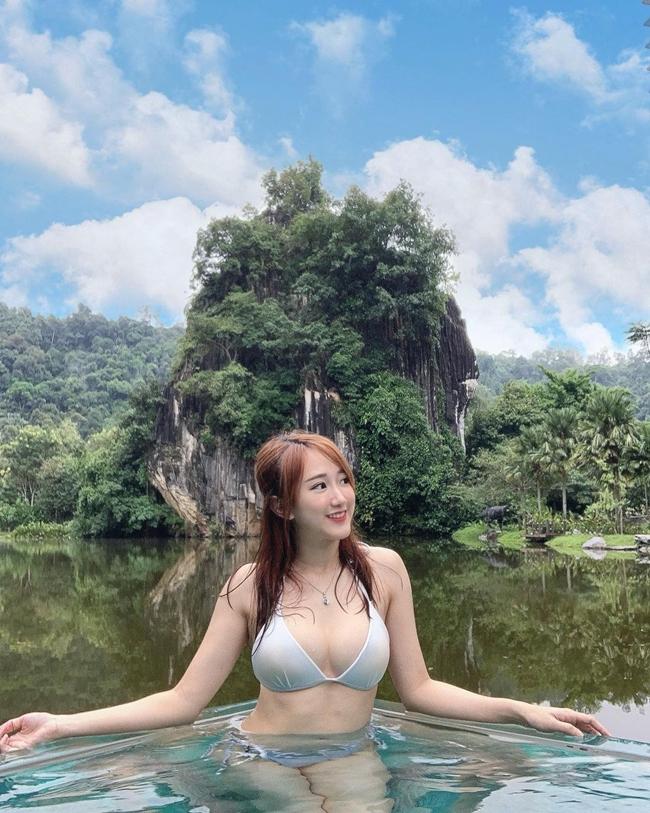 """Dương Bảo Bối tự đặt cho mình biệt danh """"Baby Yang"""". Kênh YouTube của cô có 450.000 người đăng ký. Trong khi đó, trang Intagram cá nhân có hơn 700.000 người theo dõi."""