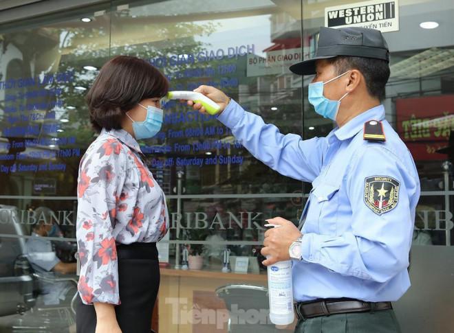 Các ngân hàng bật chế độ phòng chống COVID-19 cấp độ mới, tiền thu về đều phải khử khuẩn - 1