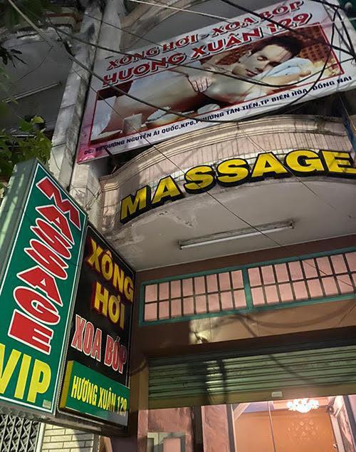 """Đột kích cơ sở massage, bắt quả tang nữ nhân viên """"tắm tiên"""" cùng khách - 1"""