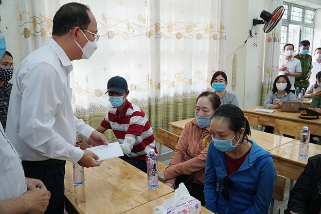Lãnh đạo TP.HCM thăm hỏi gia đình nạn nhân trong vụ cháy làm 8 người chết - 1