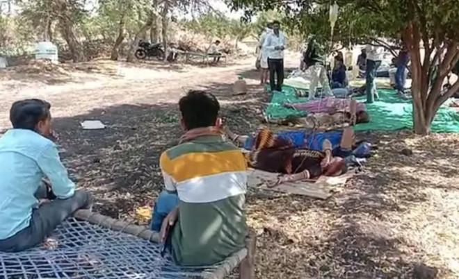 Nông thôn Ấn Độ: Bệnh nhân COVID-19 nằm dưới tán cây, chai dịch treo trên cành - 1